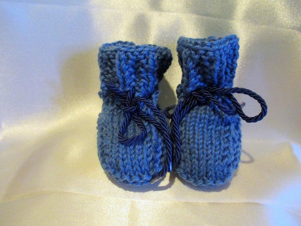 SCARPIETTE  AZZURRE BIMBO - Lavorate ai ferri - Abbinabili al maglioncino azzurro