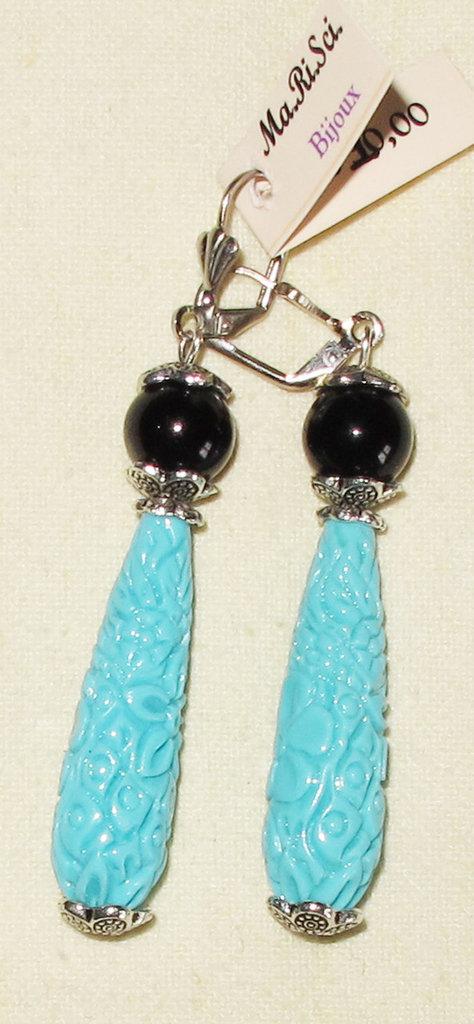 Orecchini artigianali con perle nere e goccia lavorata turchese