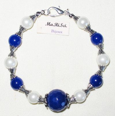 Bracciale artigianale con perle bianche e blu - pietra blu centrale