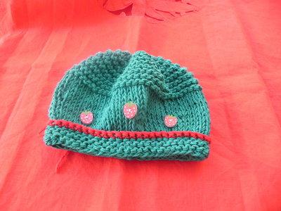 Cappellino bimbo-bimba fatto a mano verde con fragoline