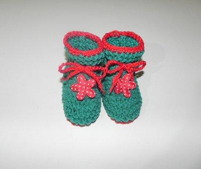 """Scarpette  """" fatte a mano"""" ferri-uncinetto verde con fiore rosso cotone"""