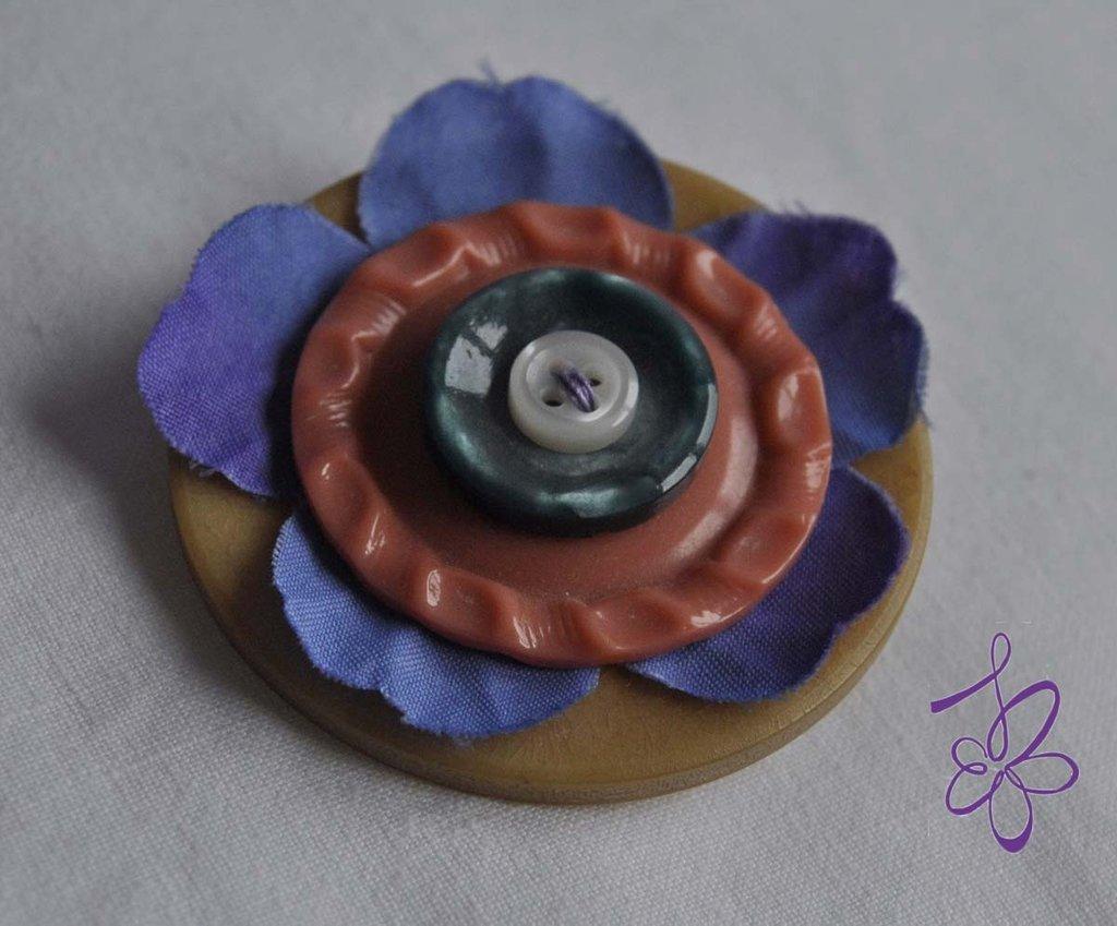 Spilla Violetta e bottoni!