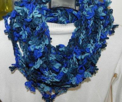 Sciarpa collana fatta a mano ad uncinetto toni del blu