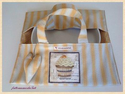 Porta torte a righe giallo con appliquè cupcake alla carota