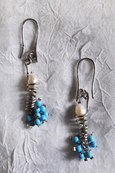 Orecchini fatti a mano in alpacca con palline in pasta di turchese e perle di fiume.