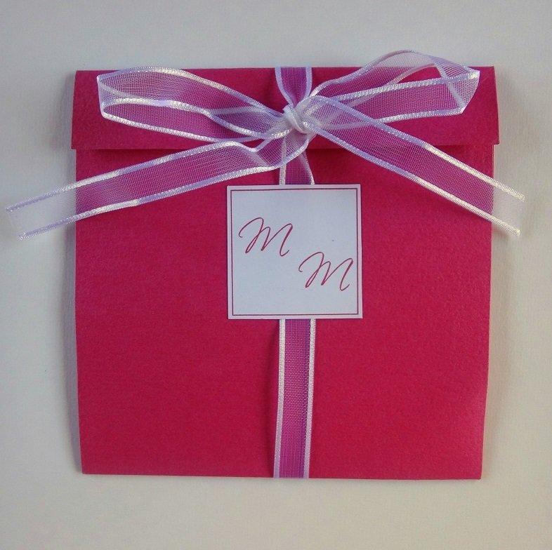 Partecipazione pocket colorata con nastro in organza e iniziali degli sposi