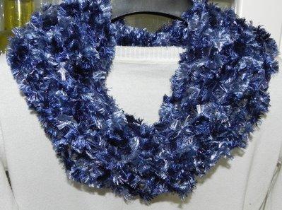 Sciarpa collana fatta a mano ad uncinetto toni del blu con lamè