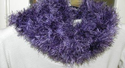 Sciarpa fatta amano viola con piuma