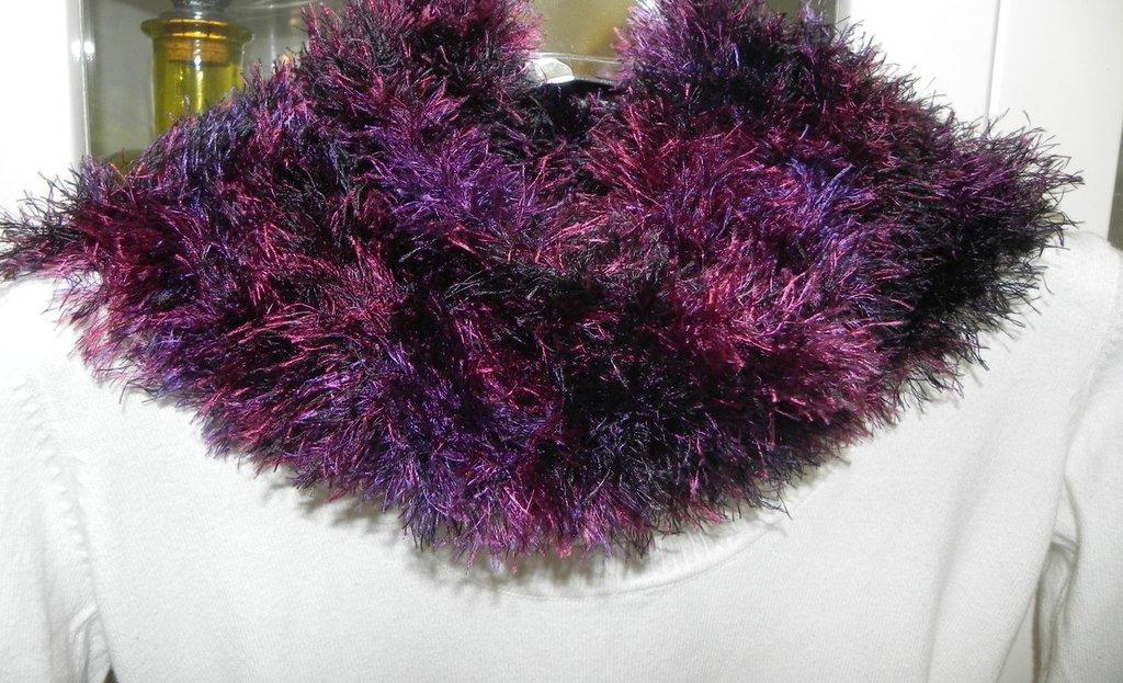 Sciarpa fatta a mano con piuma toni del prugna e nero