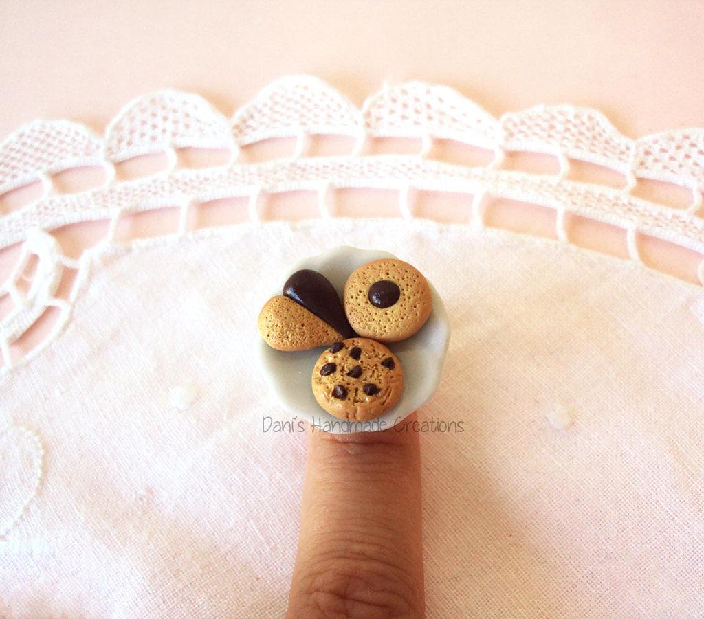 Anello con piattino in ceramica e biscotti al cioccolato in fimo