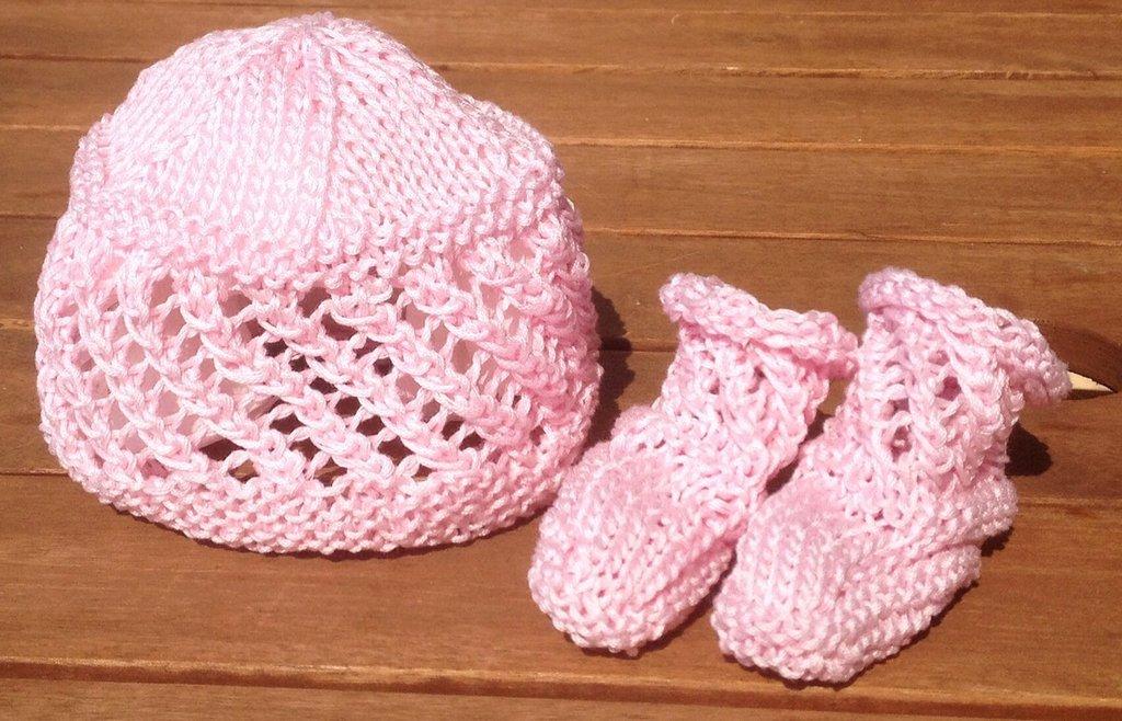 Cappellino e scarpine neonato