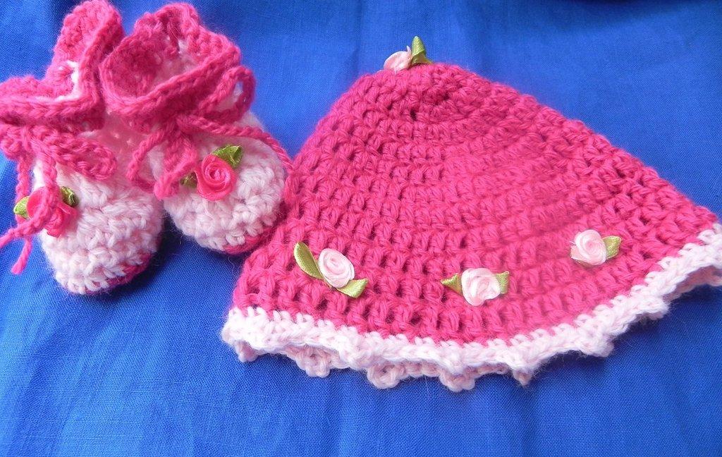 Scarpette e cappellino bimba realizzate ad uncinetto