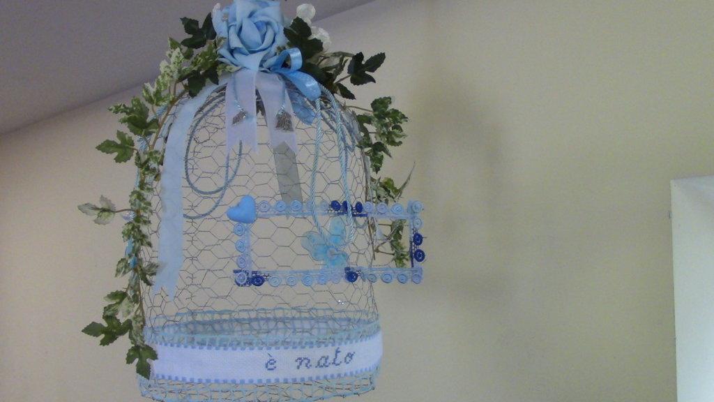 gabbia decorativa abbellita con fiori artificiali creata a mano