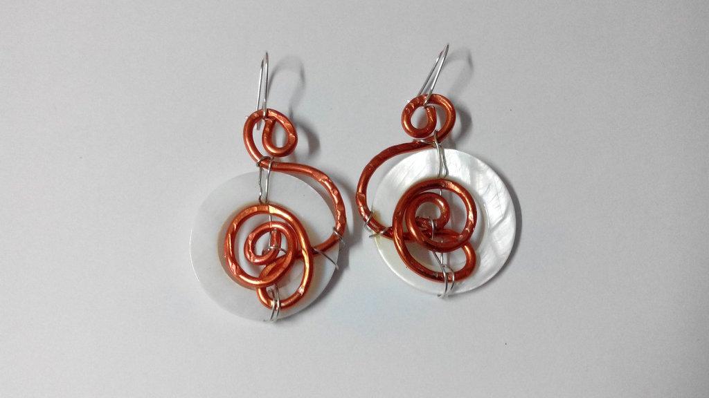 orecchini in filo di alluminio - arancio con madreperla