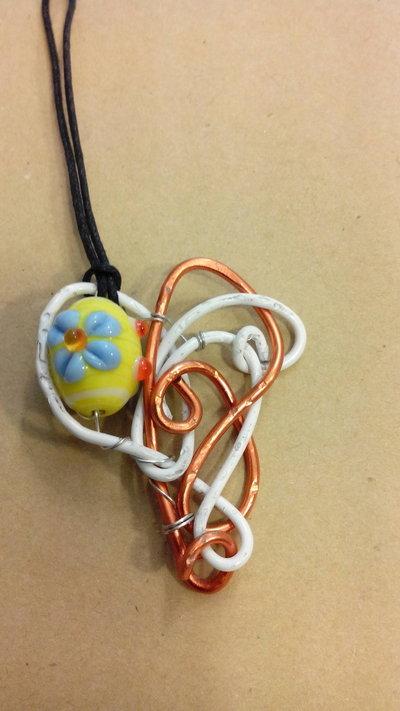 ciondolo wire -bianco e arancio