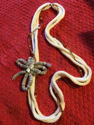 Collana di lana e perle