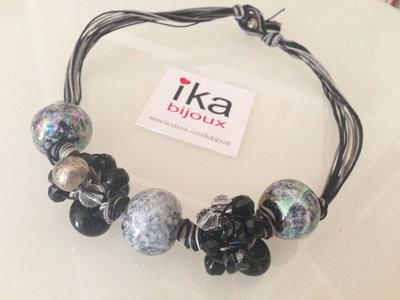 Collana con nodi ed elementi in resina e ceramica toni del grigio e nero