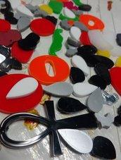 77 Ciondoli Cabochon Assortiti in Plexiglass