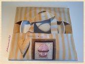 Porta torte a righe gialle con appliquè cupcake alla fragola