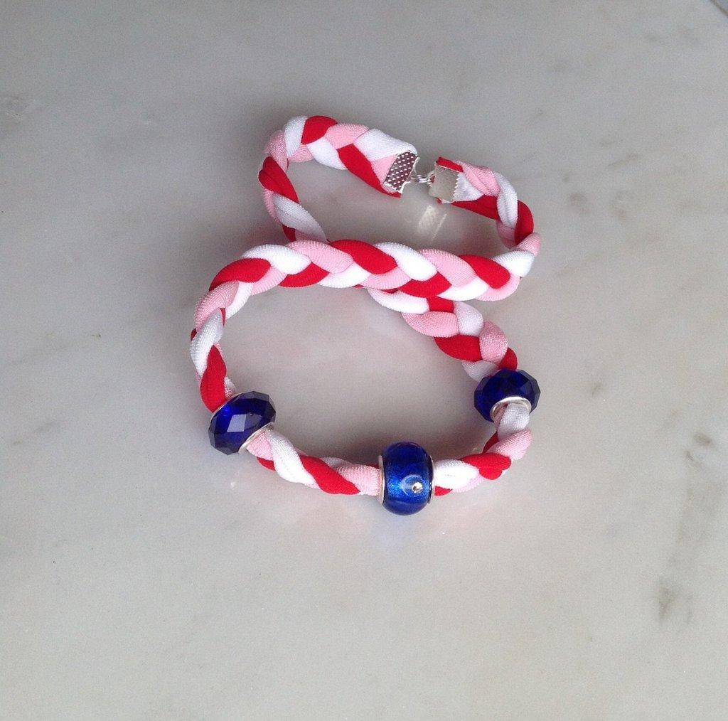 Bracciale elastico in treccia di licra tricolore, due giri al polso, con perle vetro blu