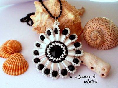 Ciondolo Fianna con rivoli Swarovski nero perline bianche e mezzi cristalli