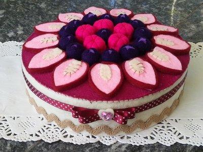 Scatola decorata e rivestita in feltro cheesecake ai frutti rossi con fragole, mirtilli e lamponi in feltro