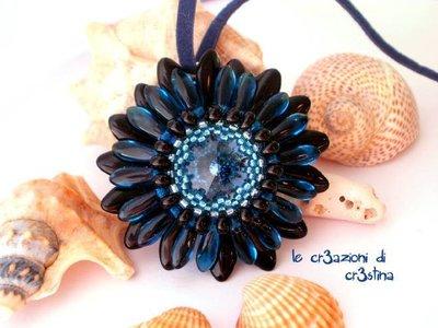 Ciondolo Gerbera con rivoli Swarovski blu montana daghe nere e bluette, perline delica e rocailles