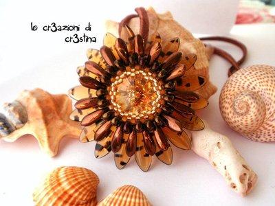 Ciondolo Gerbera con rivoli Swarovski topaz gocce bronzo, daghe turtle e bronzo, perline oro