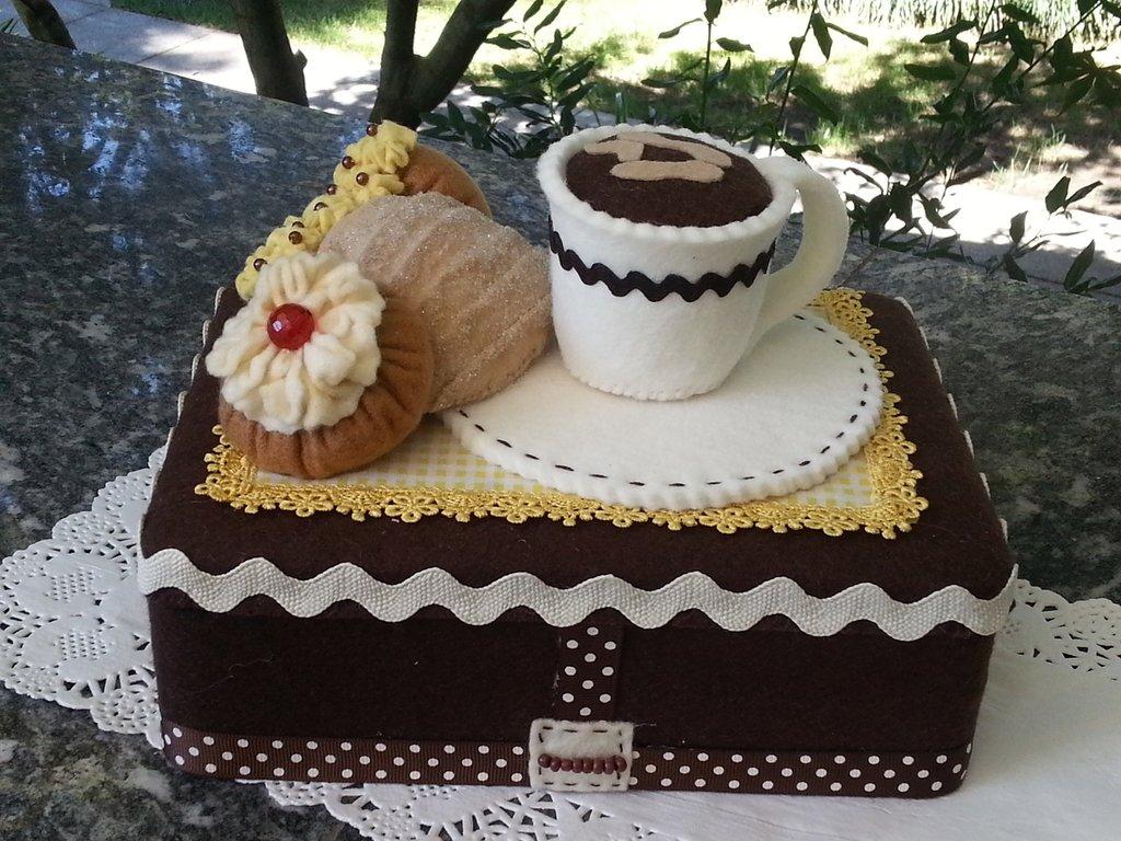 scatola rivestita in feltro con tazza di caffè un babà, una sfogliatella e una zeppola di San Giuseppe in feltro