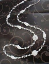 Collana lunga bianca con perle bianche, trasparenti e a forma di confetto