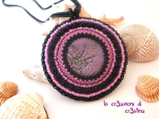 Medaglione etnico con perline rosa e nero
