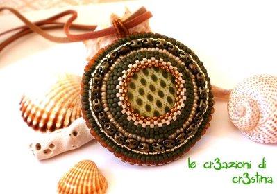 Medaglione etnico verde militare e marrone con madreperla