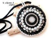 Medaglione elegante bianco e nero con madreperla