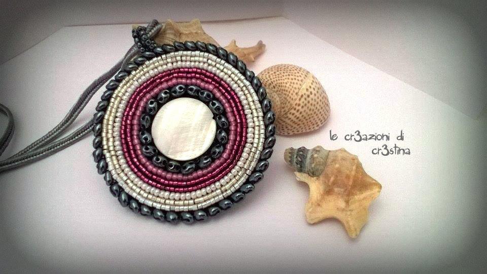 Medaglione con madreperla bianca, perline bianche rosa grigio, twin beads ematite
