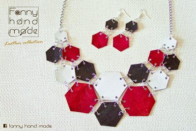 Parure – collana in pelle in tre colori dalle forme esagonali con orecchini abbinati.