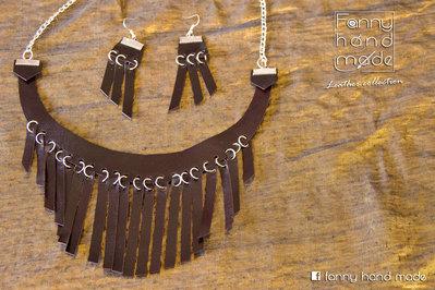 Collana e orecchini – parure in pelle marrone/violaceo con stringhe pendenti
