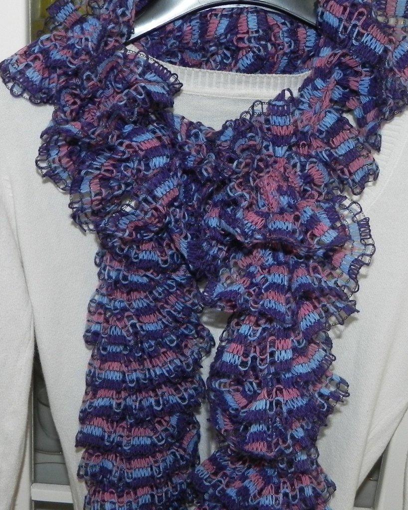"""Sciarpa handmade   """"Filato novità""""   Rete particolare viola-blu-rosa"""
