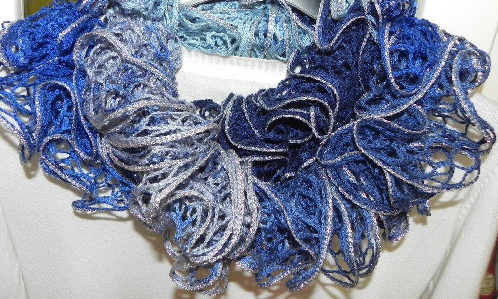 """Sciarpa handmade """"Filato novità"""" con bordo argentato """"Toni del blu"""""""