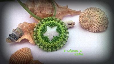 Ciondolo con madreperla e decorazione a stella verde