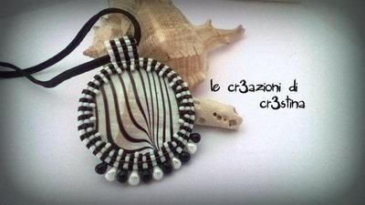 Ciondolo zebrato con madreperla perline e drops bianche e nere