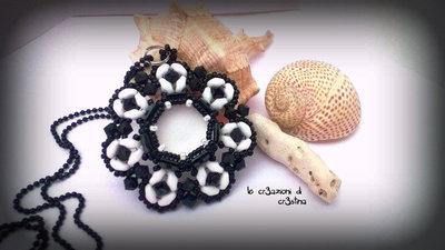 Ciondolo Urania con cabochon soft touch crystal perline superduo bianco nero bicono Swarovski