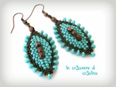Orecchini ovali perline turchesi e mezzi cristalli bronzo magatama