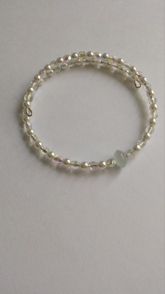 Bracciale perle cerate bianche e mezzi cristalli