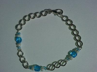 Bracciale con catena argentata, perle di vetro azzurre e bianche fatto a mano