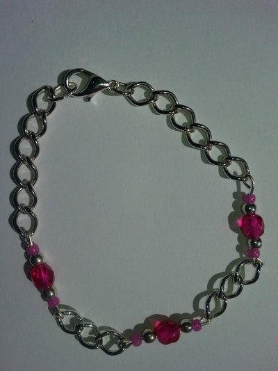 Bracciale con catena in metallo argentato e perle fuxia e argento