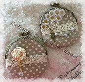 Borsellino Shabby Chiusura Clic Clac Con margherite beige e cuori, perle e chiavi. retrò vintage
