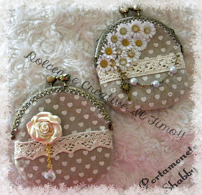 Borsellino Shabby Chiusura Clic Clac Con Rosa in fimo e diamante beige e cuori, perle e chiavi. retrò vintage