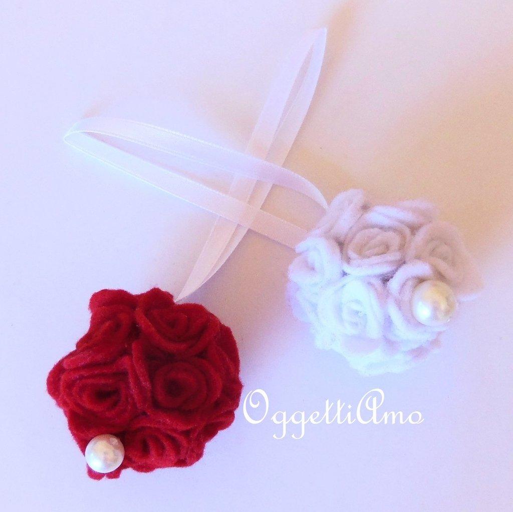 Decorazione natalizia 'Palla di fiori di feltro rossa' : elegante addobbo in pannolenci.