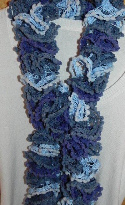Sciarpa donna handmade con volants nei toni del blu