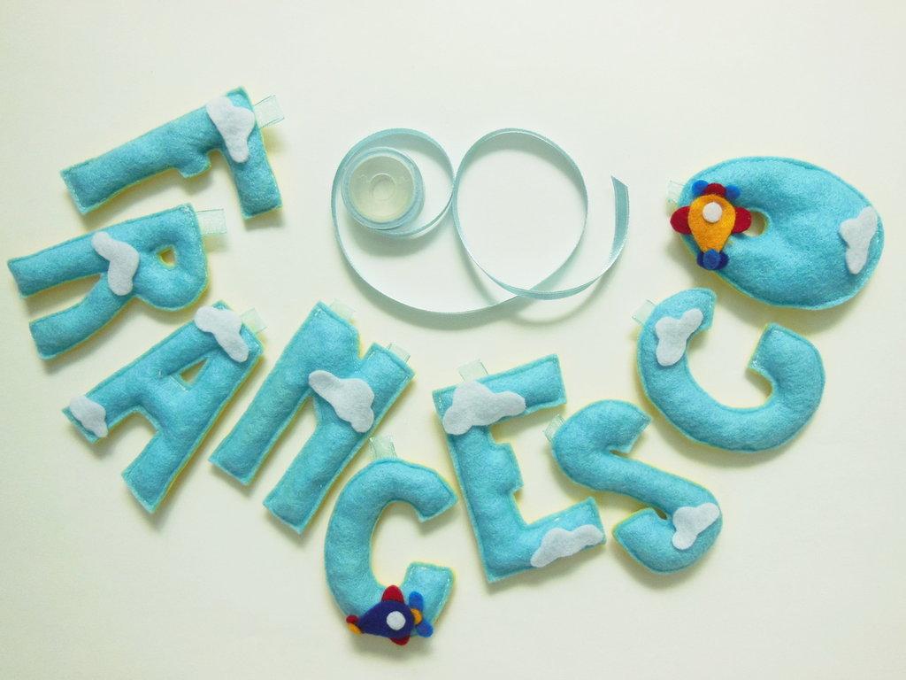 Ghirlanda Francesco in feltro con decorazioni 'aeroplanini tra le nuvole' : un'idea regalo originale per la nascita di un bambino!